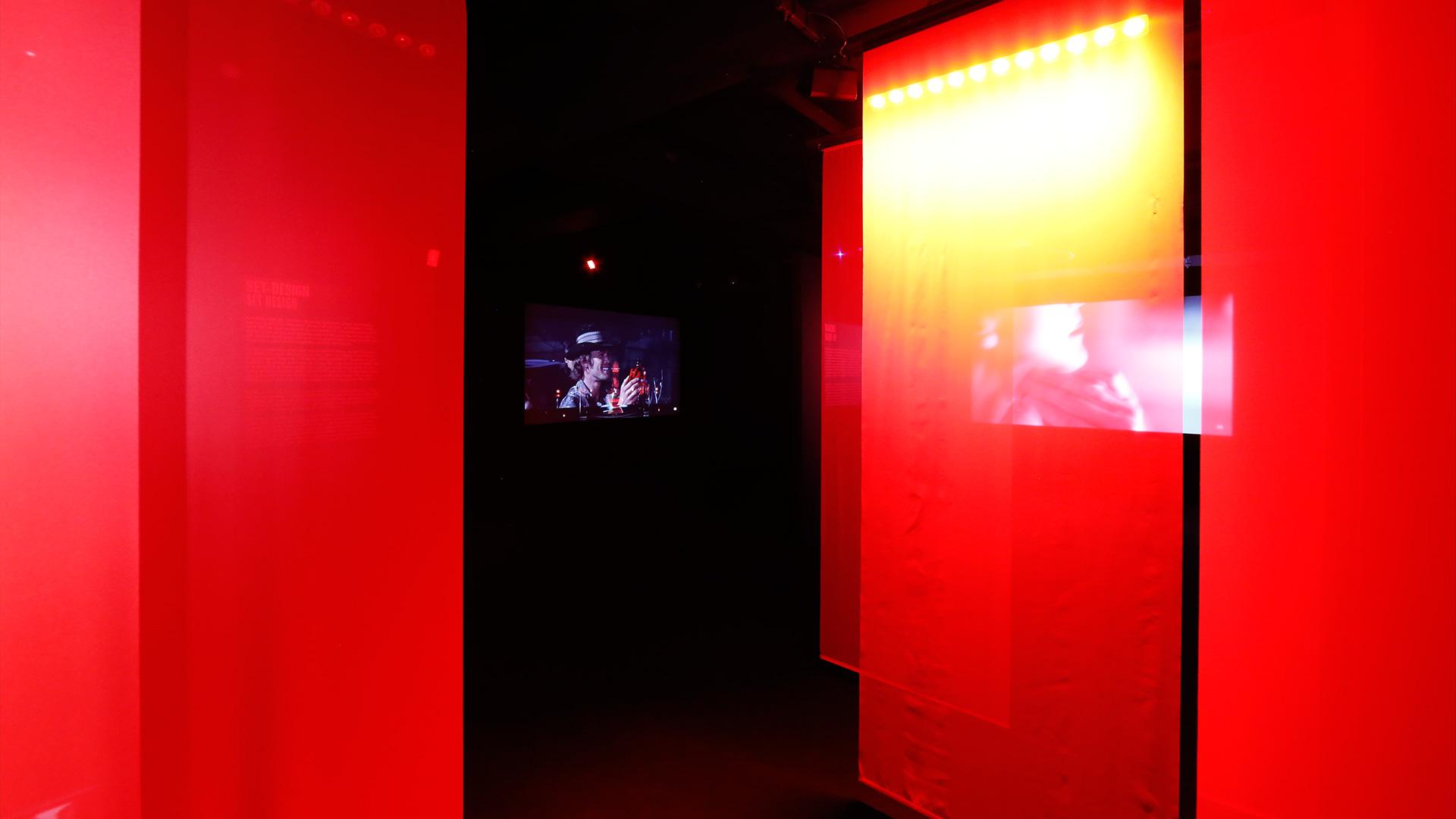 ROT. Eine Filminstallation im Raum (Bild: Uwe Dettmar. Quelle: Deutsches Filminstitut)